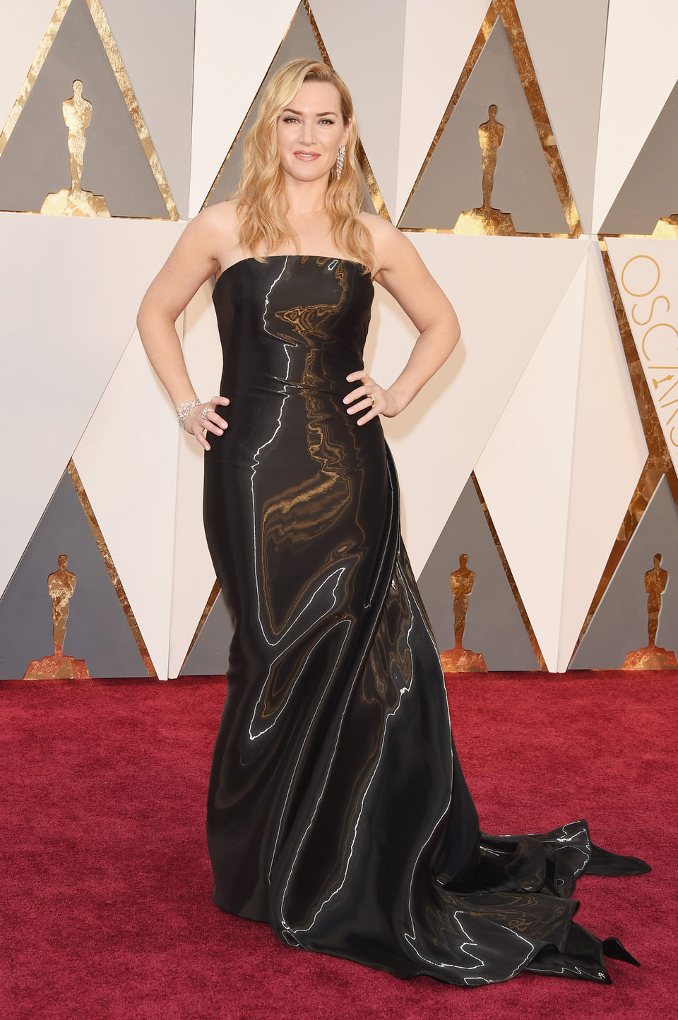 Kate Winslet at the Oscars 2016 red carpet