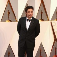 Benicio del Toro at the Oscars 2016 red carpet