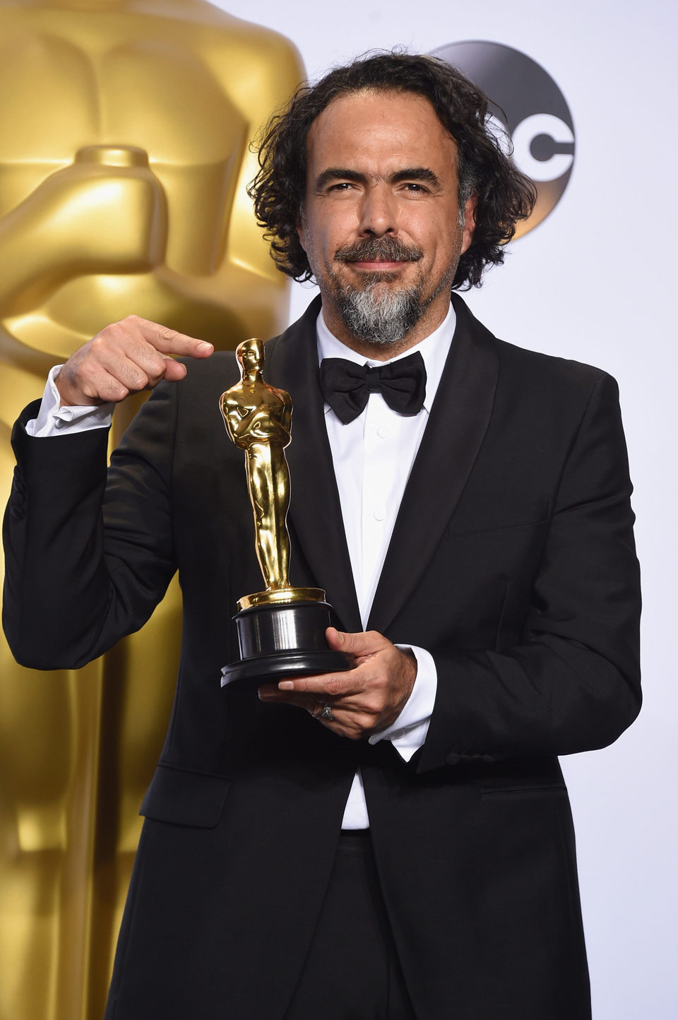 Alejandro G. Inarritu poses with his Oscar