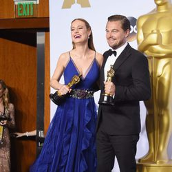 Brie Larson and Leonardo DiCaprio poses with their Oscar
