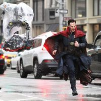 Benedict Cumberbatch running in a raining day during 'Doctor Strange' shooting