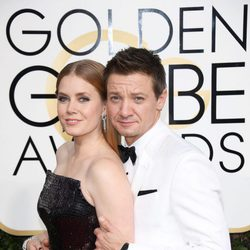 Jeremy Renner, Amy dams at the 2017 Golden Globes red carpet