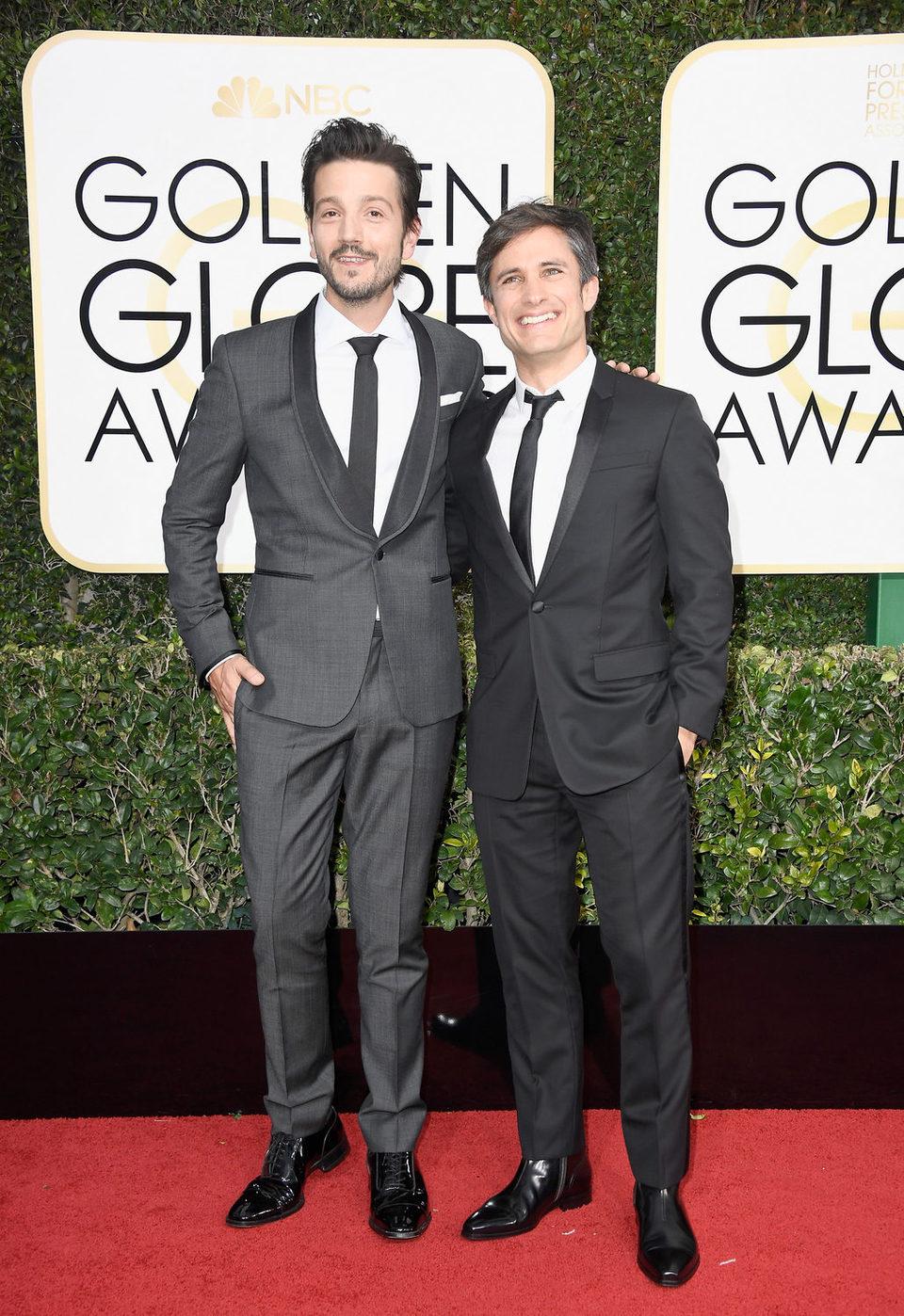 Diego Luna y Gael García Bernal at the 2017 Golden Globes red carpet