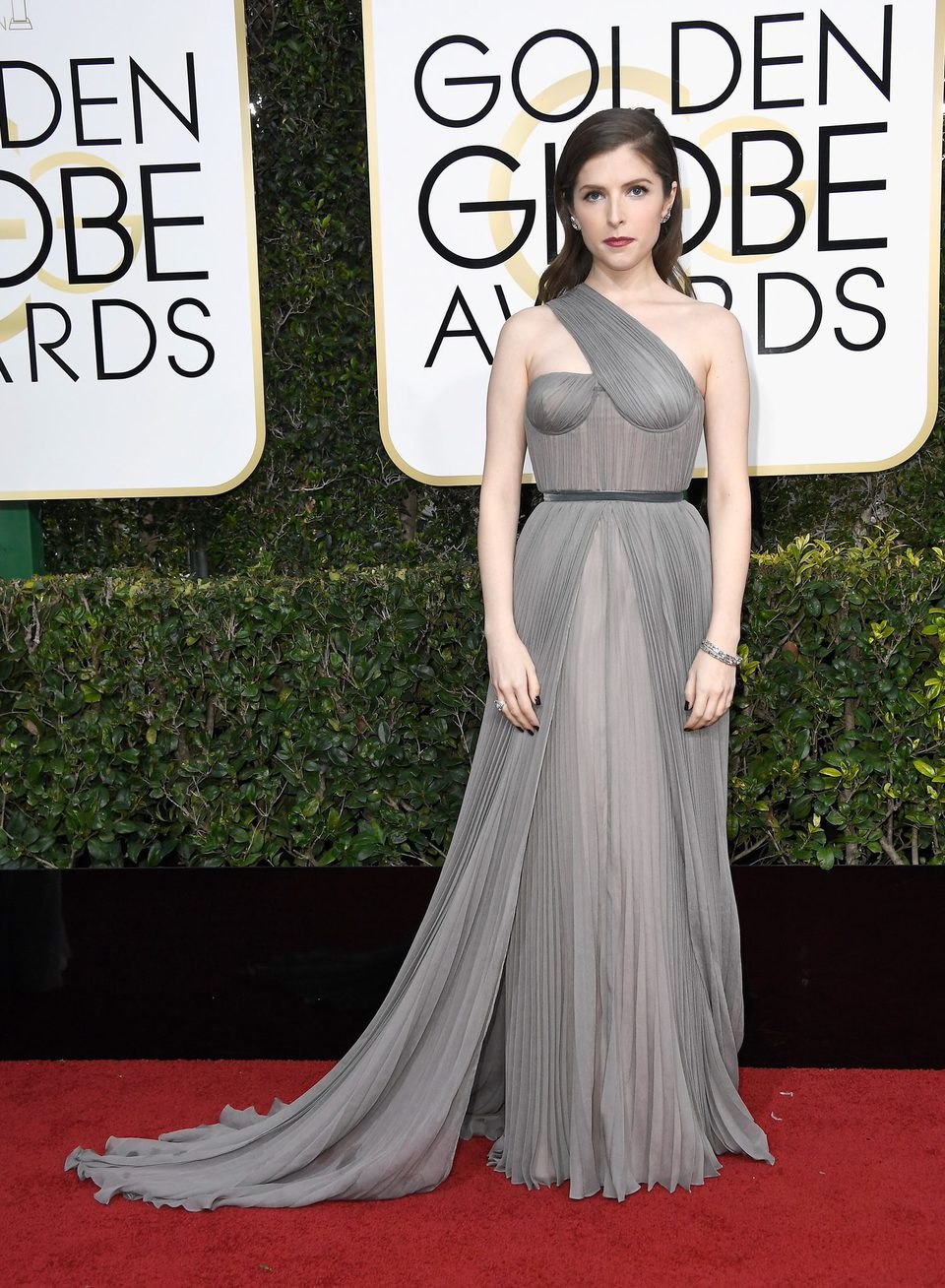 Anna Kendrick at Golden Globes 2017 red carpet
