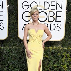 Reese Witherspoon at Golden Globes 2017 red carpet