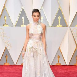 Hailee Steinfeld at the 2017 Oscars red carpet