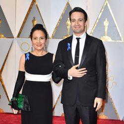 Lin-Manuel Miranda and his mother at the Oscars 2017 red carpet