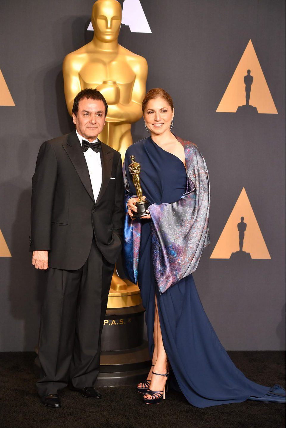 Firouz Naderi y Anousheh Ansari picked up the Best Foreign Language Film's Oscar for 'The Salesman'