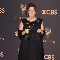 Ann Dowd with her Emmy 2017 for best supporting actress in a drama series