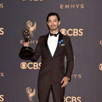 Riz Ahmed with his Emmy 2017 for best actor in a miniseries