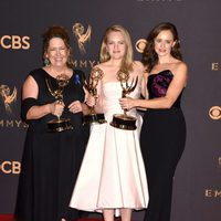 Ann Dowd, Elisabeth Moss and Alexis Bledel with their Emmy 2017 for 'The Handmaid's Tale'