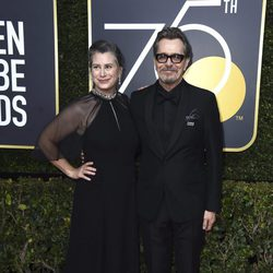 Gary Oldman and his wife at the Golden Globe's red carpet 2018