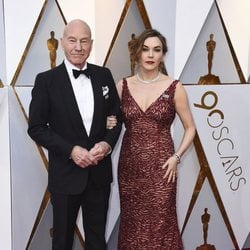 Patrick Stewart and his wife at the red carpet of the Oscars 2018
