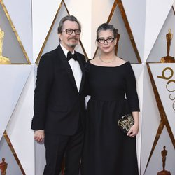 Gary Oldman and his wife at the red carpet of the Oscars