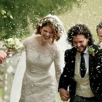 Kit Harington and Rose Leslie under a rice rain